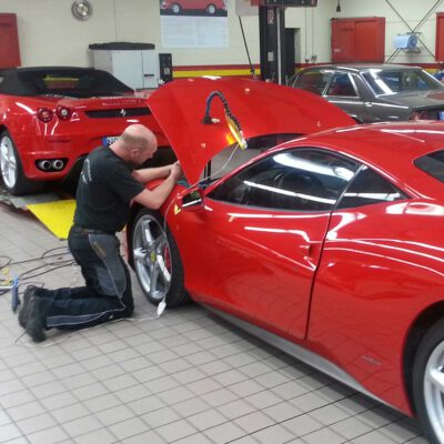 Dellen-Reparatur an einem Ferrari- Die Fahrzeug-Ambulanz- Beulendoktor Kassel